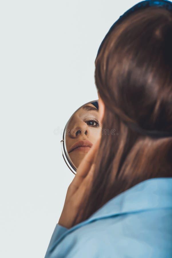 Jeune femme de matin dans la grande chemise photographie stock libre de droits