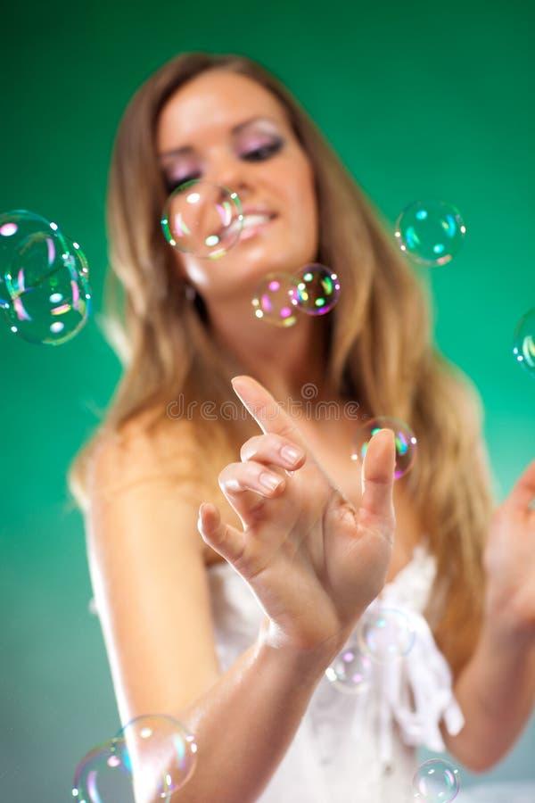Jeune femme de mode avec des bulles de savon photos stock