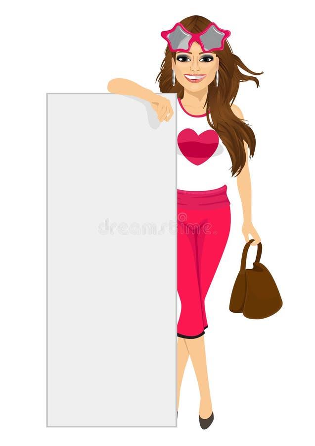 Jeune femme de mode avec le sac à main se penchant sur le conseil blanc vide illustration libre de droits