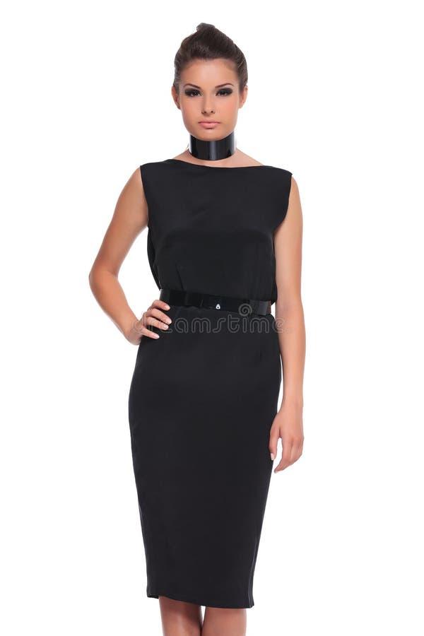 Jeune femme de mode dans une robe noire photo stock