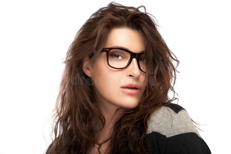 Jeune femme de mode de beauté portant les lunettes à la mode E à la mode frais images stock