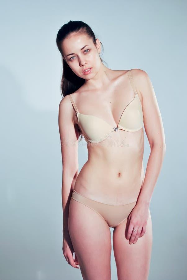 Jeune femme de mode posant dans le studio photo stock