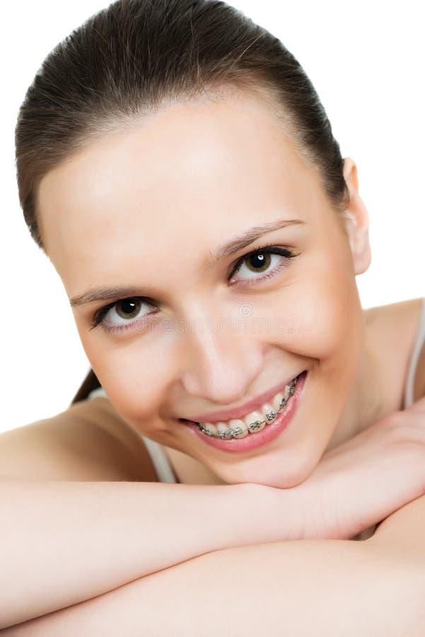 Jeune femme de portrait avec des parenthèses sur des dents photographie stock