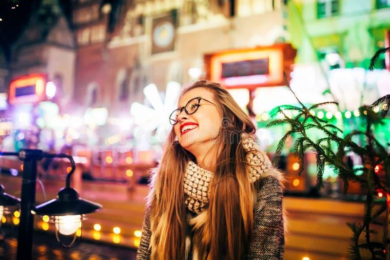 Jeune femme de portrait de rue sur Noël de fête photo stock