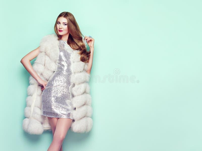 Jeune femme de portrait de mode dans le manteau de fourrure blanc photo libre de droits
