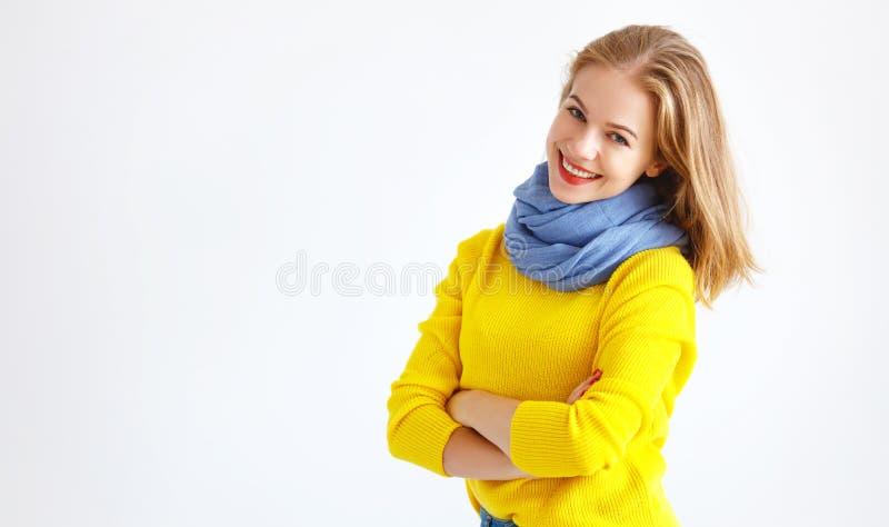 Jeune femme de Ppy dans le chandail jaune sur le fond blanc photos stock