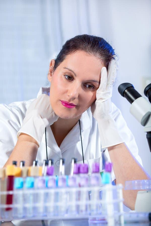 Jeune femme de scientifique travaillant au laboratoire image stock