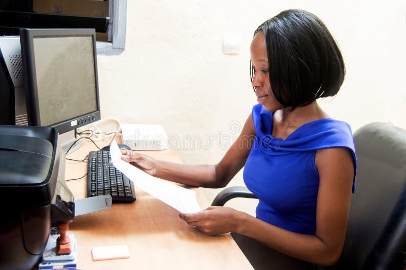 Jeune femme de secrétaire devant son ordinateur image libre de droits