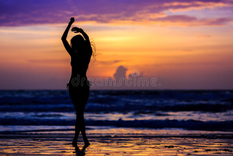 Jeune femme de silhouette danser images stock