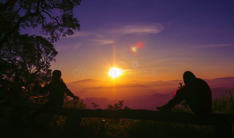 Jeune femme de silhouette de coucher du soleil triste images stock
