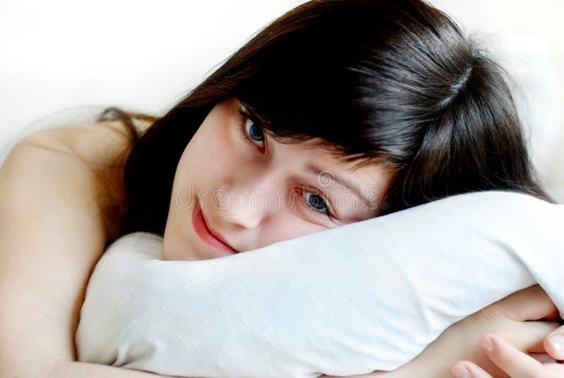 Jeune femme de sommeil photographie stock libre de droits