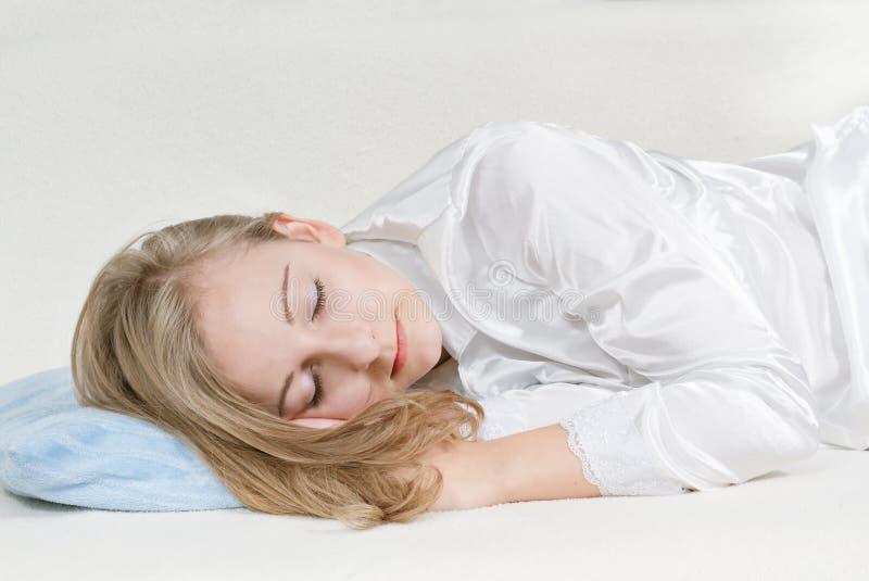 Jeune femme de sommeil photos stock