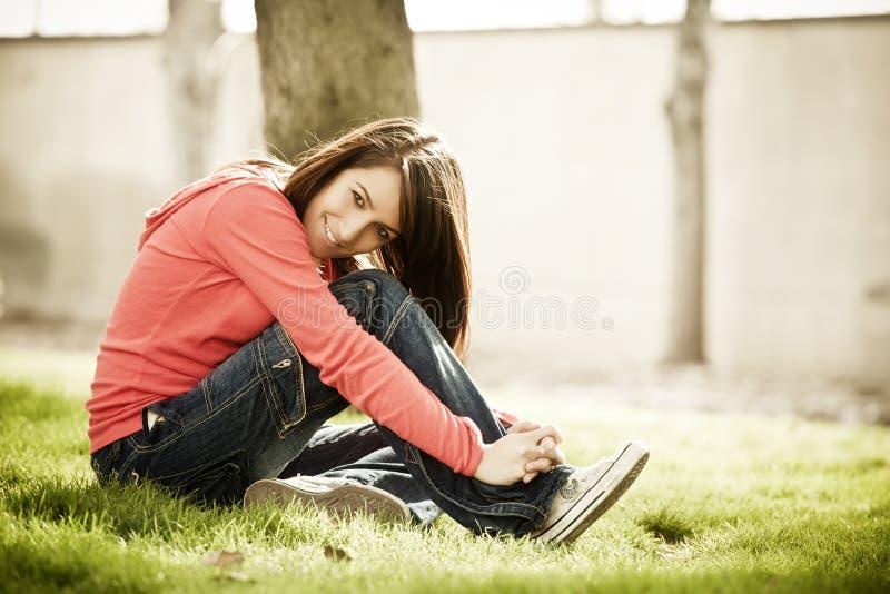 Jeune femme de sourire photographie stock libre de droits