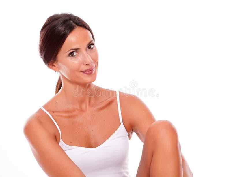 Jeune femme de sourire attirante de brune seulement photo stock