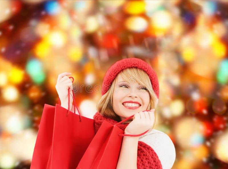 Download Jeune Femme De Sourire Avec Des Sacs à Provisions Image stock - Image du vente, vacances: 45352423