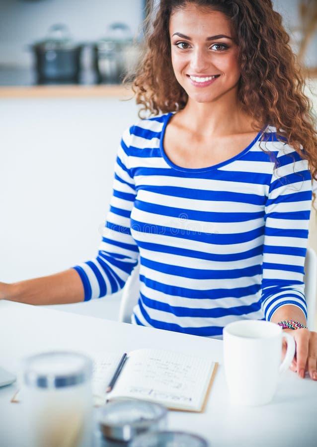 Download Jeune Femme De Sourire Avec La Tasse Et L'ordinateur Portable De Café Dans La Cuisine à La Maison Photo stock - Image du home, demi: 87700800