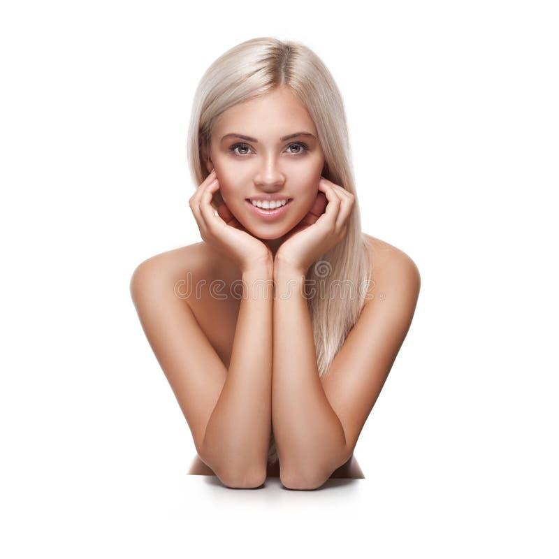 Jeune femme de sourire avec le beau visage sain photo libre de droits