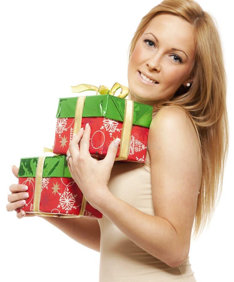 Jeune femme de sourire avec le cadeau photo libre de droits
