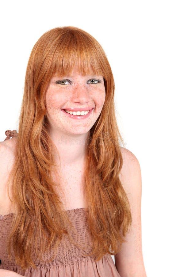 Jeune femme de sourire avec le long cheveu rouge images stock