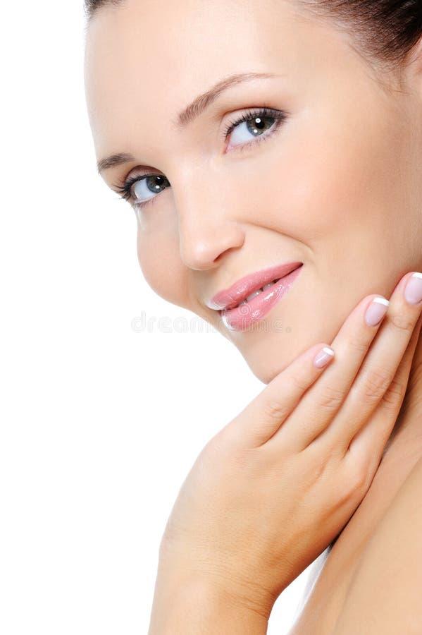 Jeune femme de sourire avec une peau propre de santé photo stock