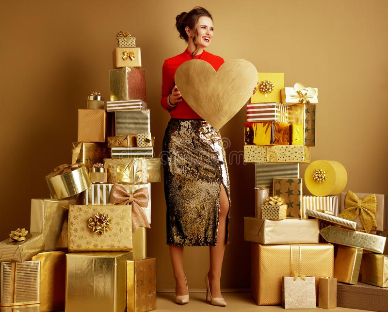 Jeune femme de sourire de client avec le coeur d'or regardant de côté photo libre de droits