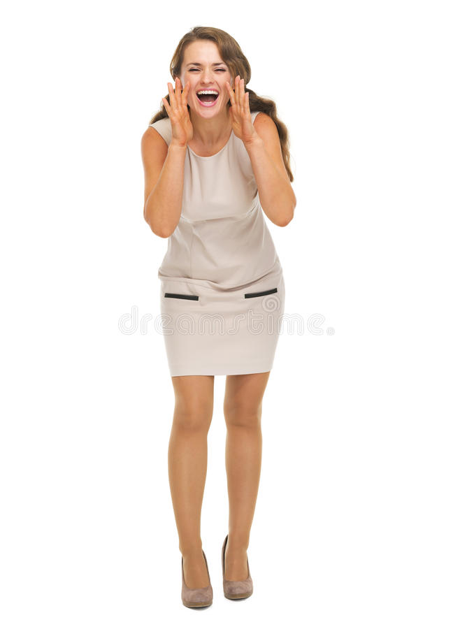 Jeune femme de sourire criant par les mains formées par mégaphone photographie stock libre de droits