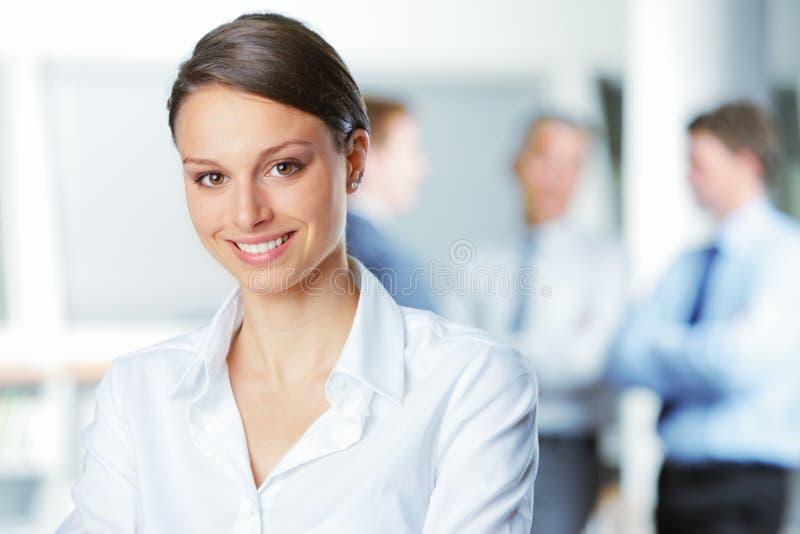 Jeune femme de sourire d'affaires photographie stock libre de droits
