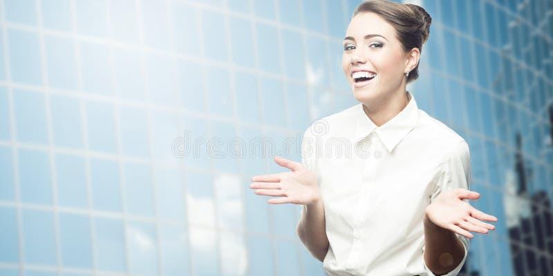 Jeune femme de sourire d'affaires photos libres de droits