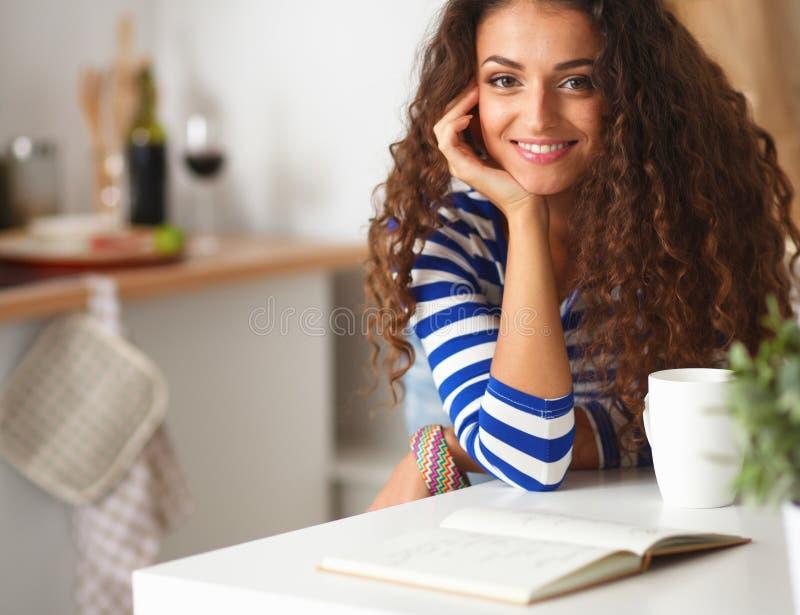 Download Jeune Femme De Sourire Dans La Cuisine, Sur Le Fond Image stock - Image du sourire, chapeau: 87700755