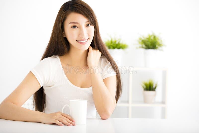 Jeune femme de sourire dans le salon photos libres de droits