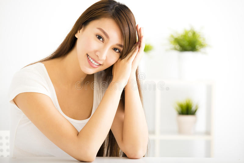 Jeune femme de sourire dans le salon photo stock