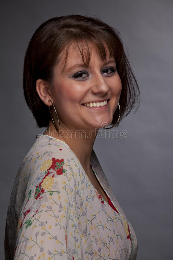 Jeune femme de sourire de brunette photographie stock libre de droits