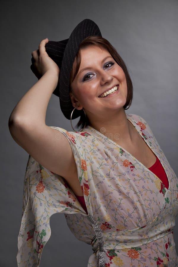 Jeune femme de sourire de brunette avec un chapeau photographie stock libre de droits