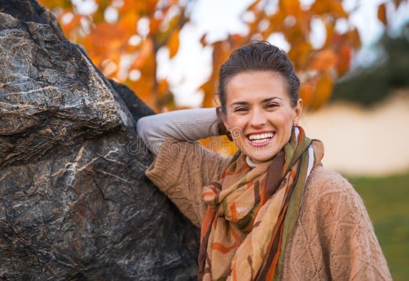 Jeune femme de sourire en automne dehors dans la soirée image libre de droits