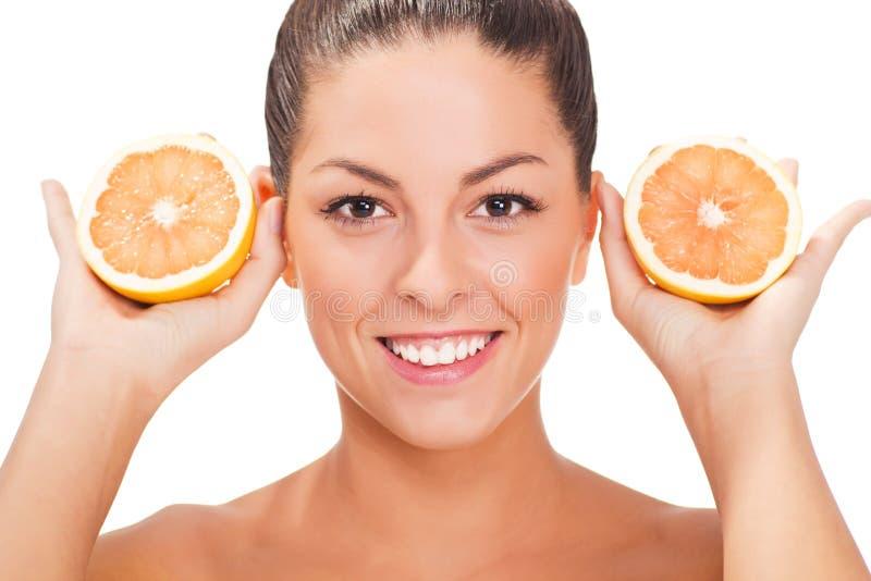 Jeune femme de sourire en bonne santé avec l'orange image stock