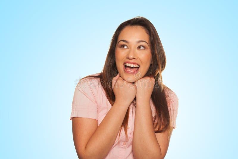 Jeune femme de sourire exprimant l'alerte et la surprise images stock