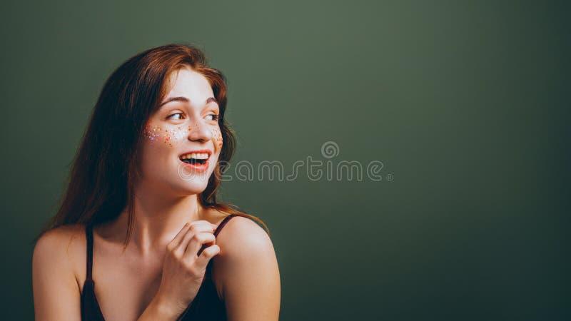 Jeune femme de sourire de fille de wow regardant en longueur photos libres de droits