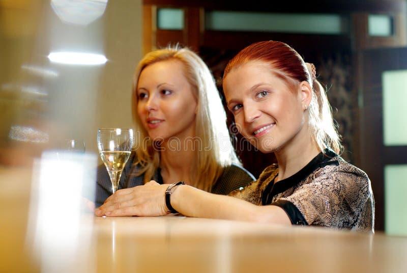 Jeune femme de sourire heureuse au restaurant photographie stock