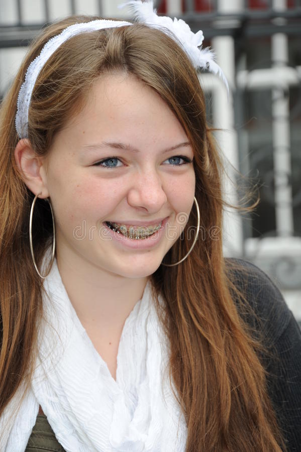 Jeune femme de sourire heureux - verticale - photo stock