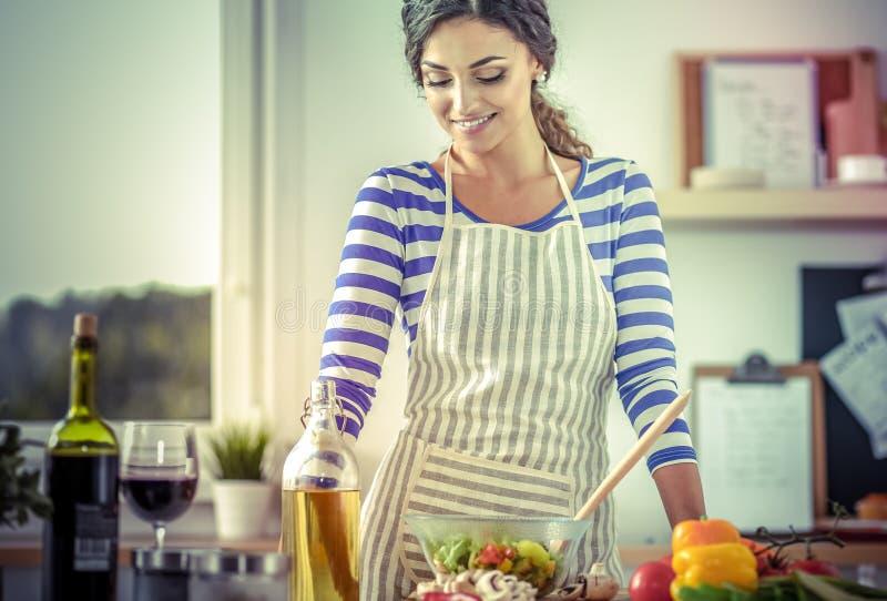 Download Jeune Femme De Sourire Mélangeant La Salade Fraîche Photo stock - Image du normal, cookware: 87700828