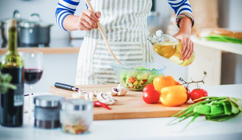 Download Jeune Femme De Sourire Mélangeant La Salade Fraîche Image stock - Image du nourriture, joie: 87700891