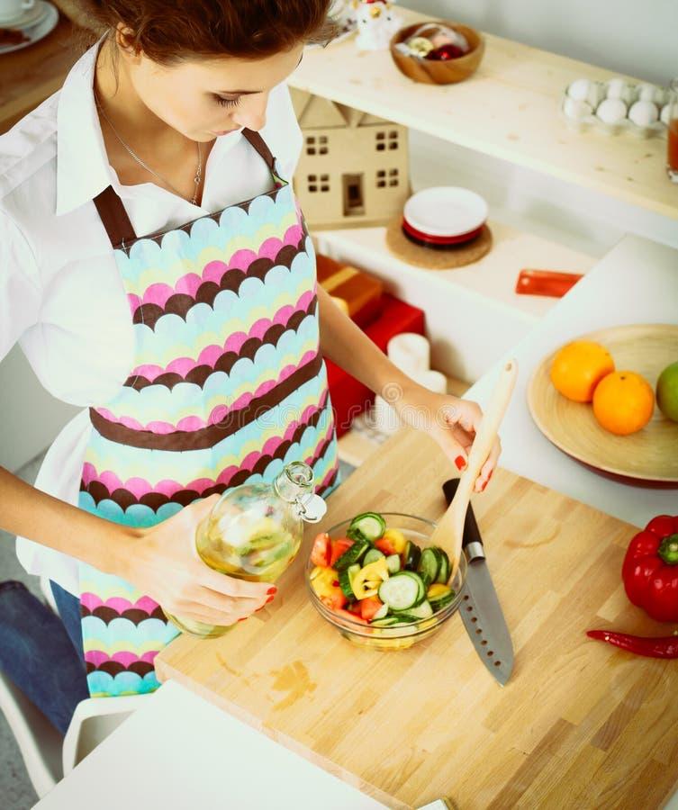 Download Jeune Femme De Sourire Mélangeant La Salade Fraîche Image stock - Image du mélange, kitchenware: 87701153