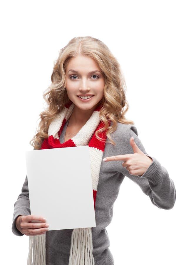 Jeune femme de sourire se dirigeant au signe photo stock