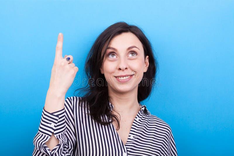 Jeune femme de sourire se dirigeant vers le haut photographie stock