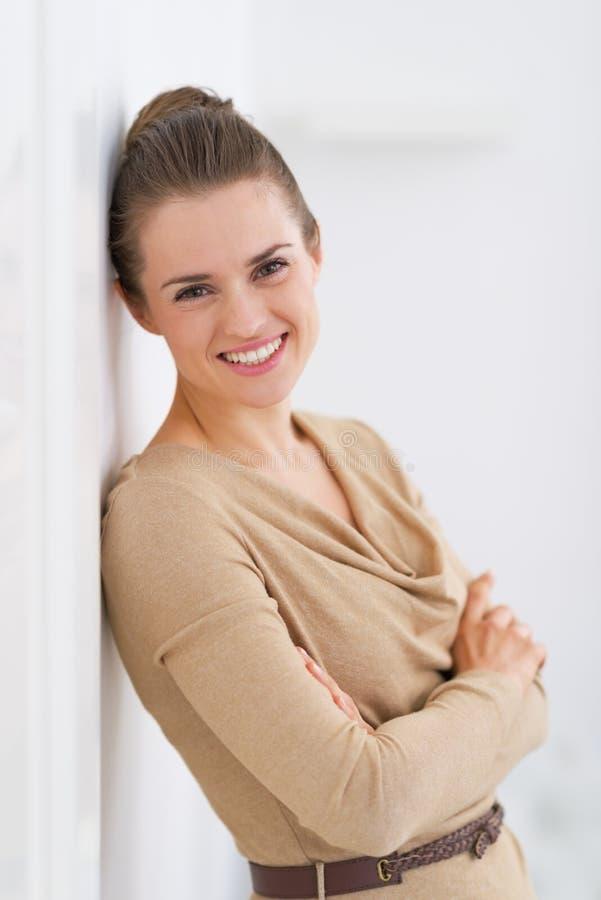 Jeune femme de sourire se tenant dans le salon photo libre de droits