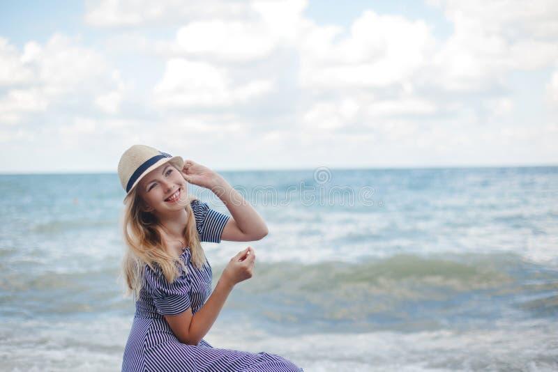 Jeune femme de sourire sur la mer photographie stock