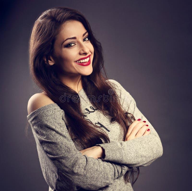 Jeune femme de sourire toothy heureuse de brune de maquillage avec le lipsti rouge photo libre de droits
