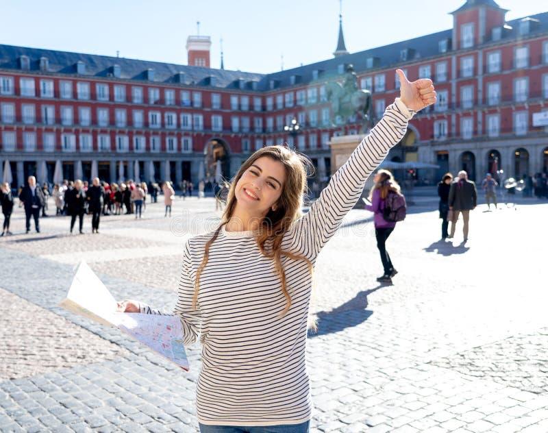 Jeune femme de touristes heureuse avec la carte recherchant de nouveaux endroits en Espagne En tourisme autour de concept de l'Eu photographie stock libre de droits
