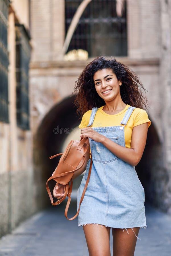 Jeune femme de touristes noire avec la coiffure boucl?e dehors image stock