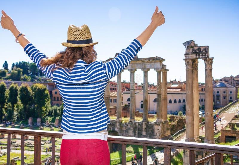 Jeune femme de touristes près de Roman Forum réjouissance à Rome, Italie photos libres de droits